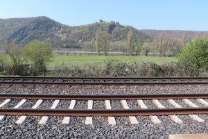 Bild von Schienen im Rheintal